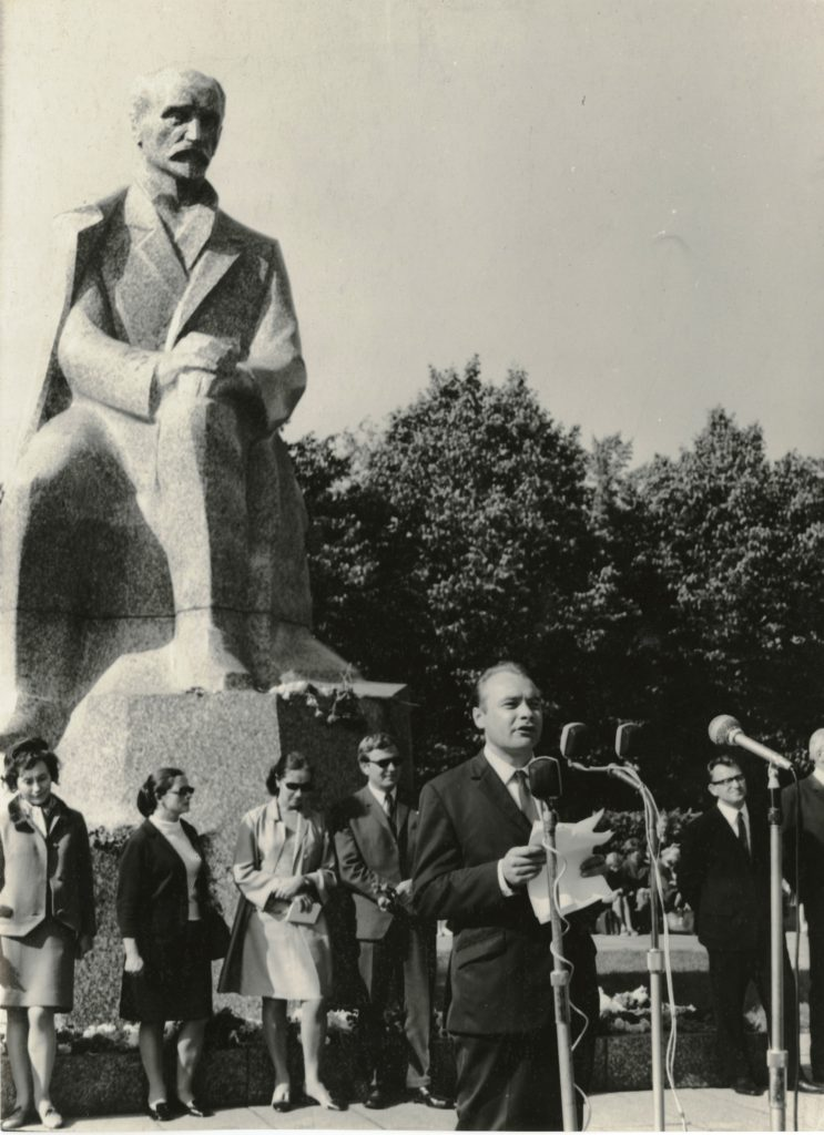 Ojārs Vācietis reads poetry by the Rainis Monument. Photo: J. Kārkls.